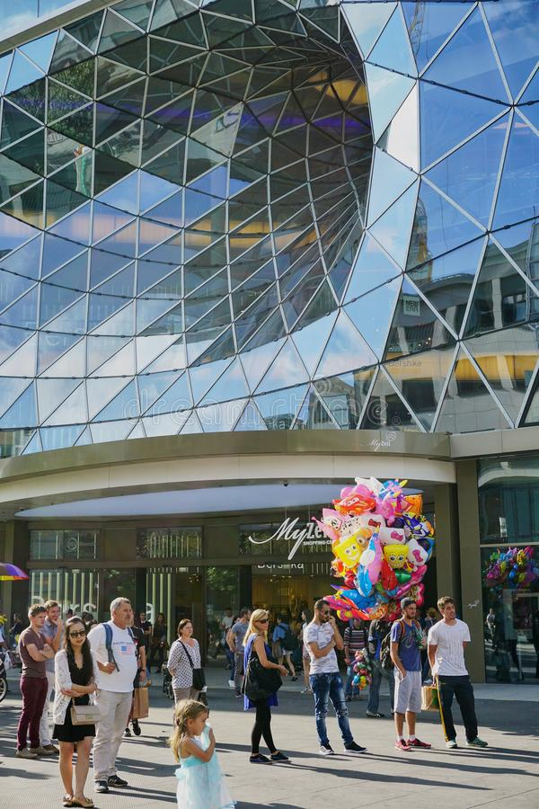Exponeringsglasvirvelarkitektur i den Frankfurt Tyskland royaltyfria bilder