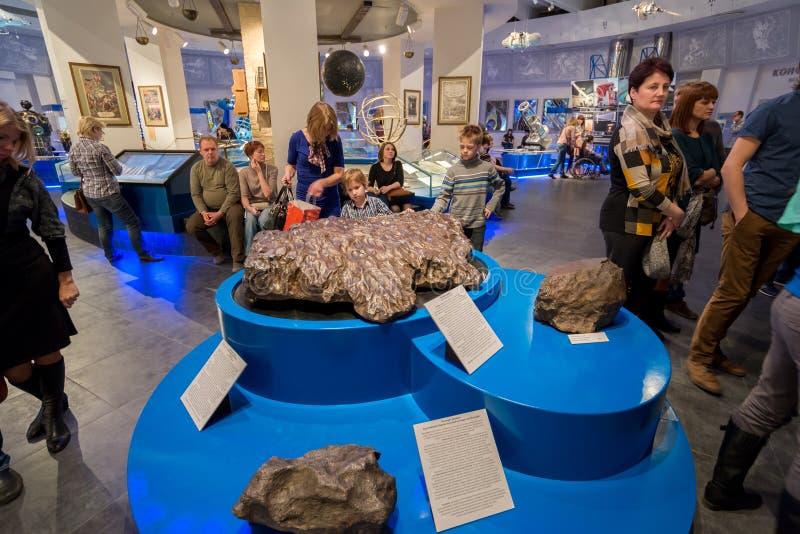 Exponeringsmeteorit i uranmuseum av Moskvaplanetariet, Ryssland royaltyfri foto