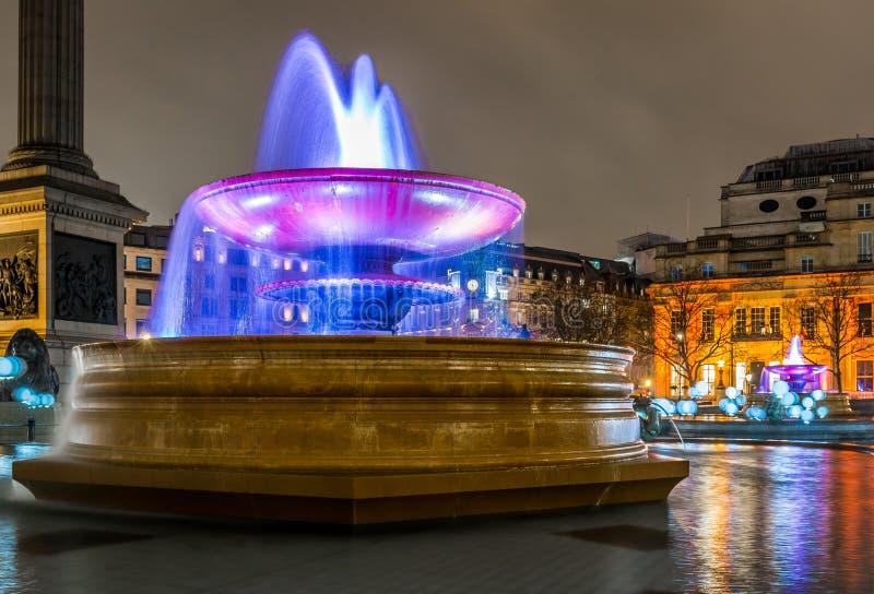 Exporure largo de Trafalgar Square iluminado, Londres imagenes de archivo