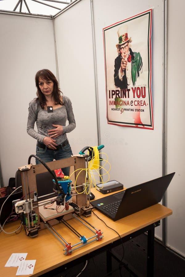 Exposant à l'exposition de robot et de fabricants photo stock