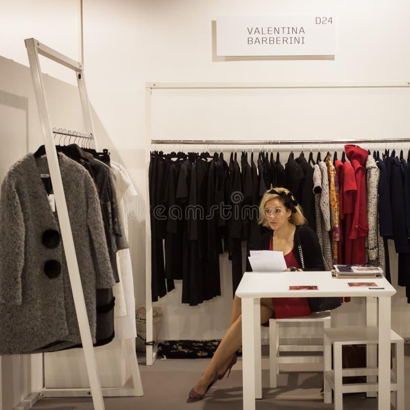 Exposant au salon commercial de Mipap à Milan, Italie image libre de droits