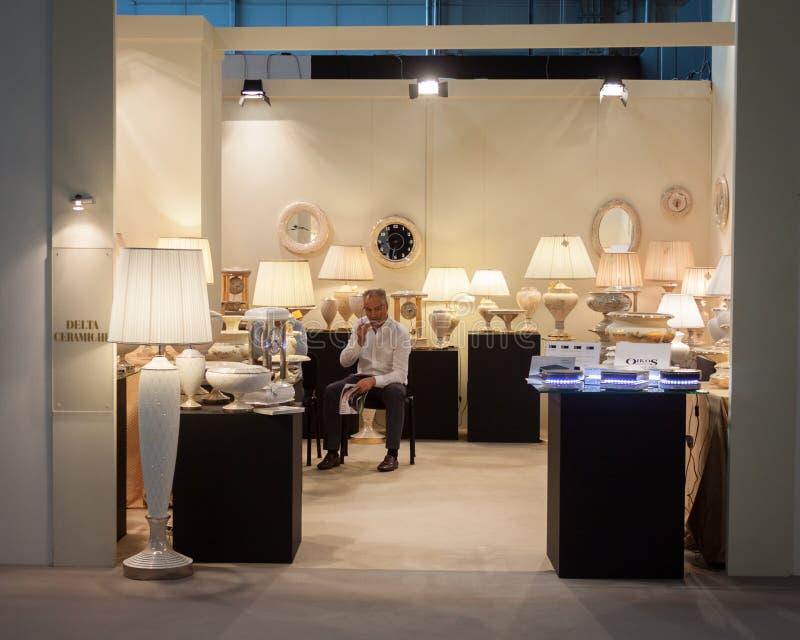 Exposant dans son support à HOMI, exposition internationale de maison à Milan, Italie image libre de droits
