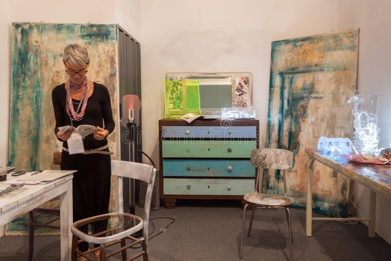Exposant dans son support à HOMI, exposition internationale de maison à Milan, Italie image stock