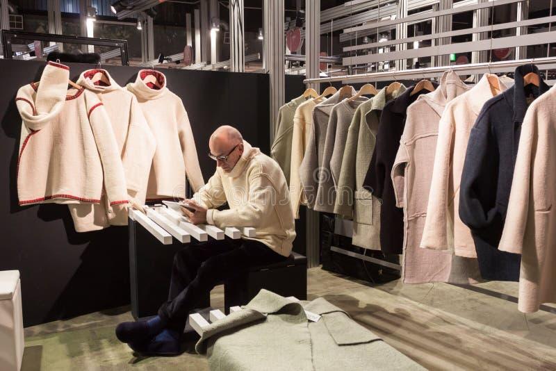 Exposant dans son support au salon commercial de Mipap à Milan, Italie image libre de droits