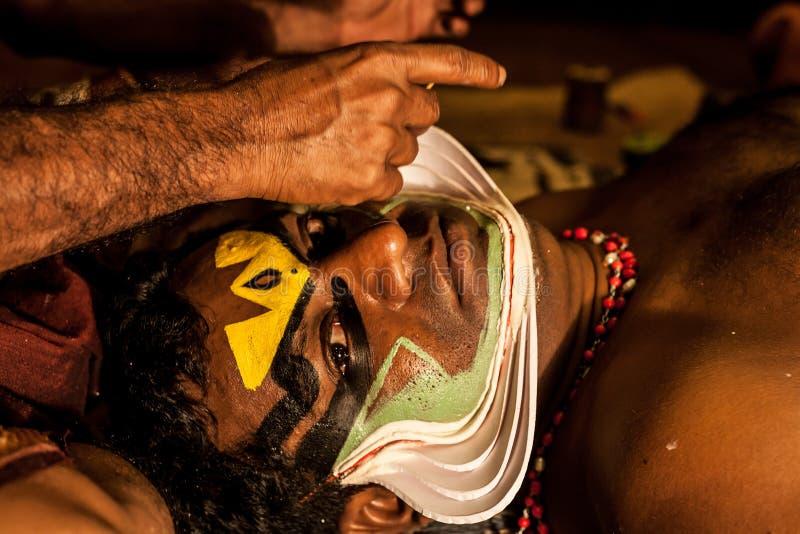 Exposant de Kathakali se préparant à la représentation en appliquant le maquillage de visage photo stock