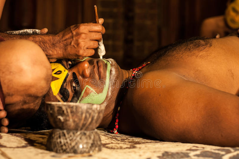 Exposant de Kathakali se préparant à la représentation en appliquant le maquillage de visage images libres de droits