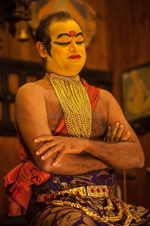 Exposant de Kathakali se préparant à la représentation en appliquant le maquillage de visage images stock