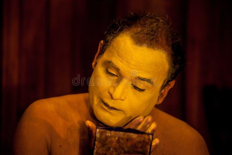 Exposant de Kathakali se préparant à la représentation en appliquant le maquillage de visage photographie stock libre de droits
