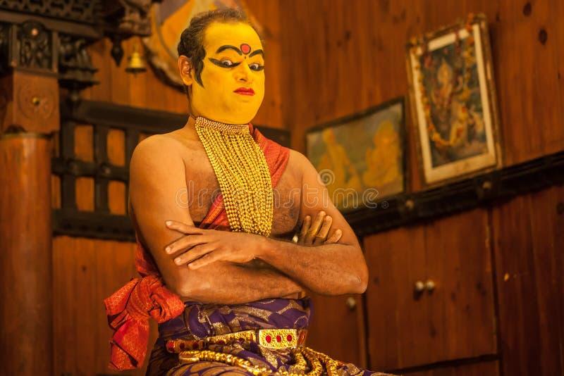 Exposant de Kathakali se préparant à la représentation en appliquant le maquillage de visage photographie stock