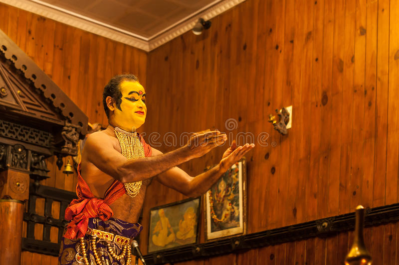 Exposant de Kathakali se préparant à la représentation en appliquant le maquillage de visage image libre de droits