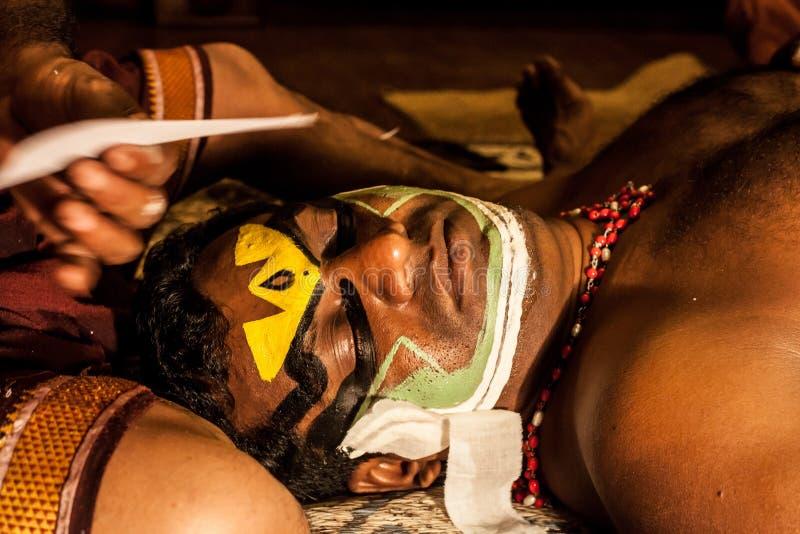 Exposant de Kathakali se préparant à la représentation en appliquant le maquillage de visage photos stock
