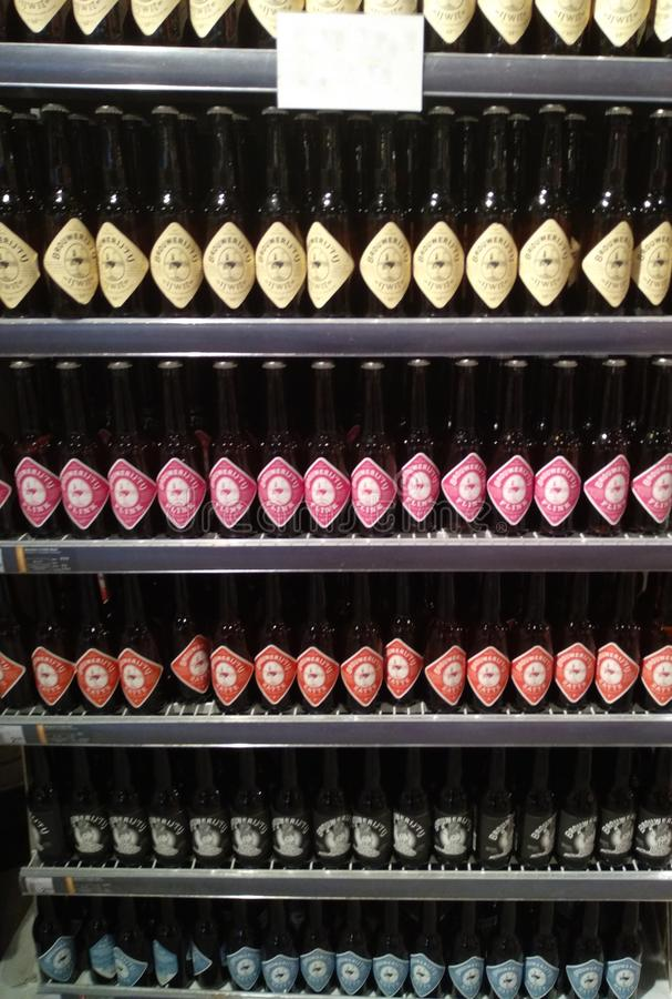 Exposant des bières du même type avec le label coloré les houblon boivent à Amsterdam ont fait dans un moulin photographie stock