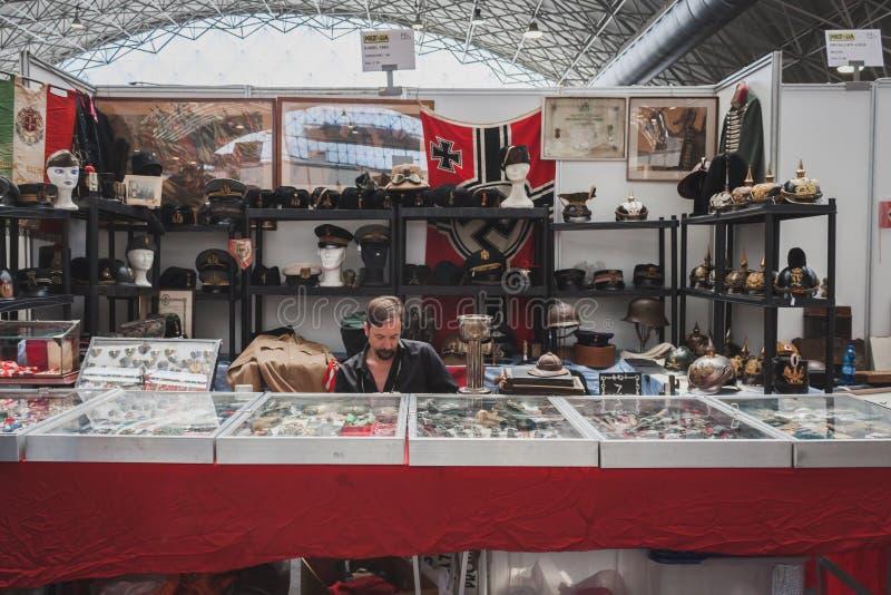Exposant s'asseyant dans son support chez Militalia à Milan, Italie images stock