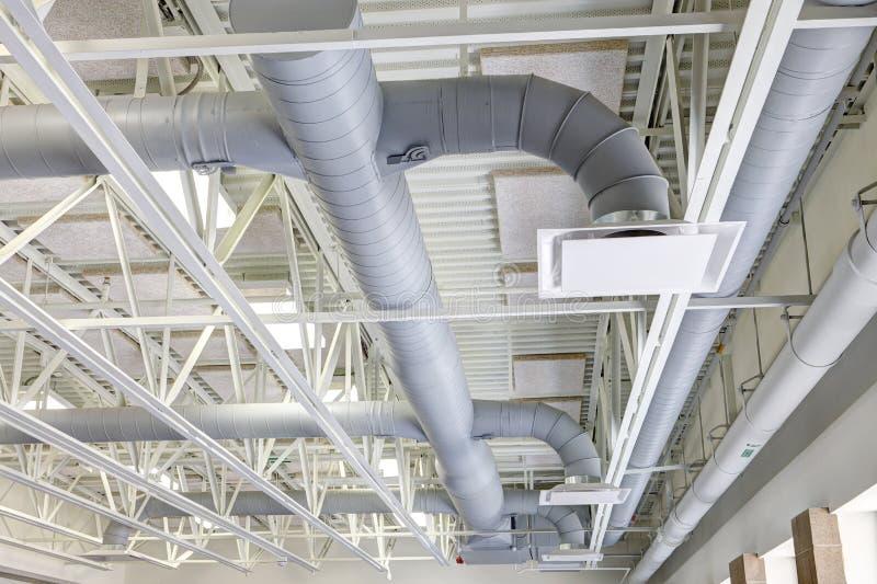 Exposante HVAC-Leitung in einer modernen Grundschule lizenzfreies stockfoto