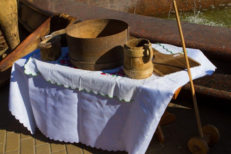 Exposição ao ar livre de artigos de cozinha e de dinnerware antigos, ferramentas autênticas de argila e madeira restauradas do sé fotos de stock royalty free