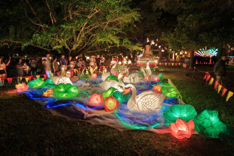 Exposição bonita da noite de lanternas chinesas em um parque fotos de stock royalty free