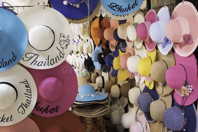 Exposição colorida do chapéu da senhora na cidade de phuket do sul de Tailândia foto de stock