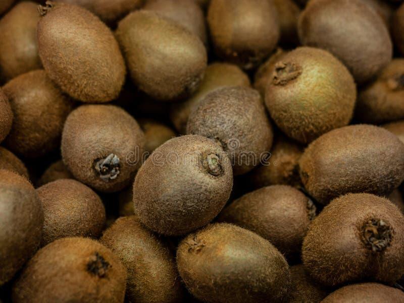 Exposição colorida do close up de Kiwi Fruit In Market Fundo fotografia de stock