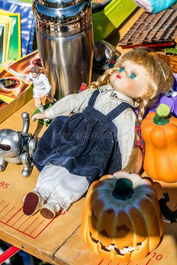 Exposição da boneca, de brinquedos, da decoração e de coletores de segunda mão do futebol fotos de stock