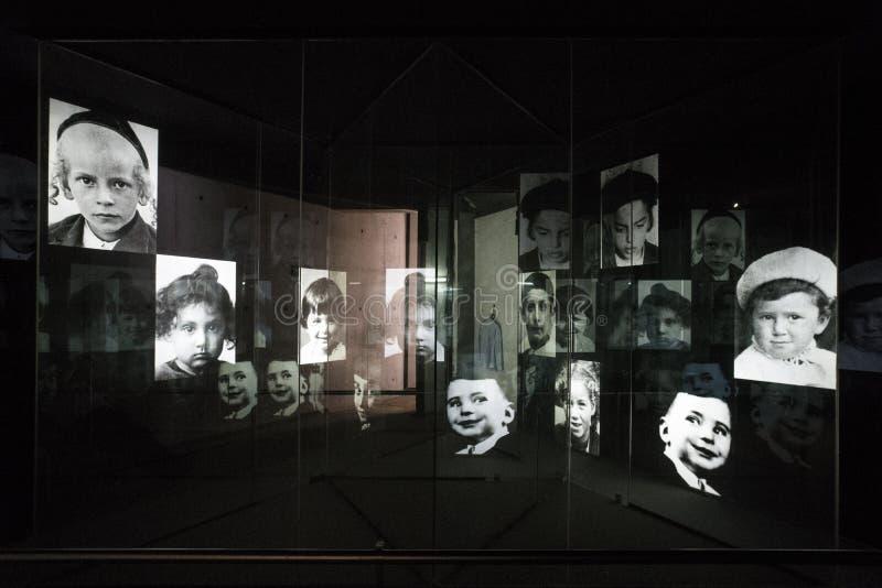 exposição da foto das fotografias da segunda guerra mundial dedicada às vítimas do holocausto durante o período nazista dentro fotografia de stock