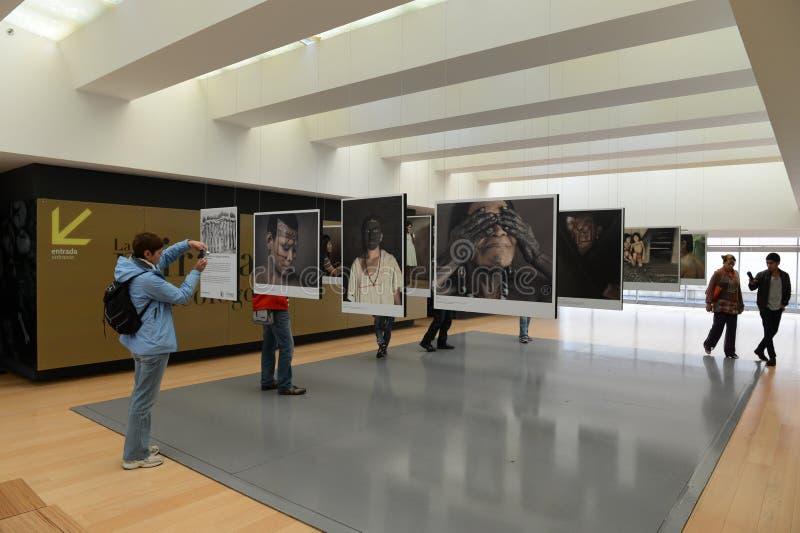 Exposição da foto no museu do ouro em Bogotá imagem de stock