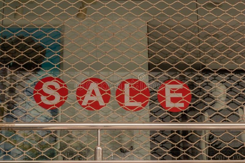 Exposição da janela com placa vermelha da venda dentro da loja em Bengaluru, Índia imagem de stock royalty free