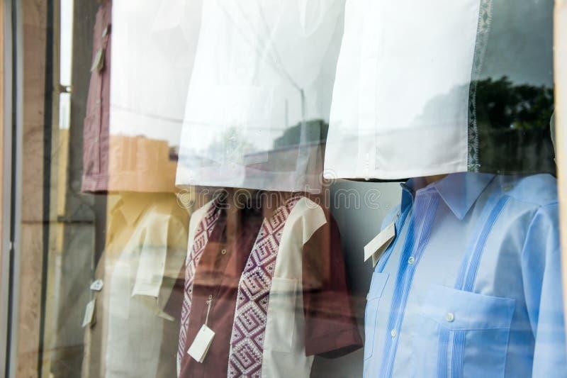 Exposição da janela de camisas do guayabera imagens de stock
