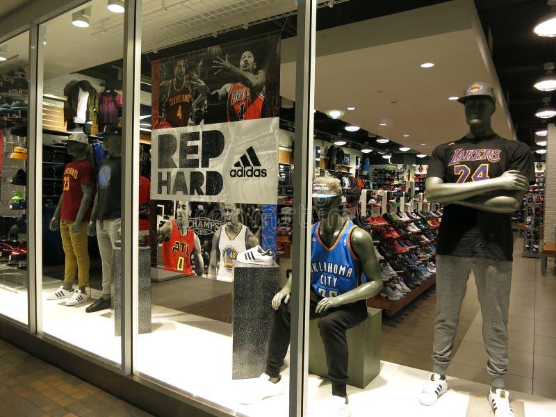 Exposição da janela na apelação da roupa do esporte dos campeões imagens de stock