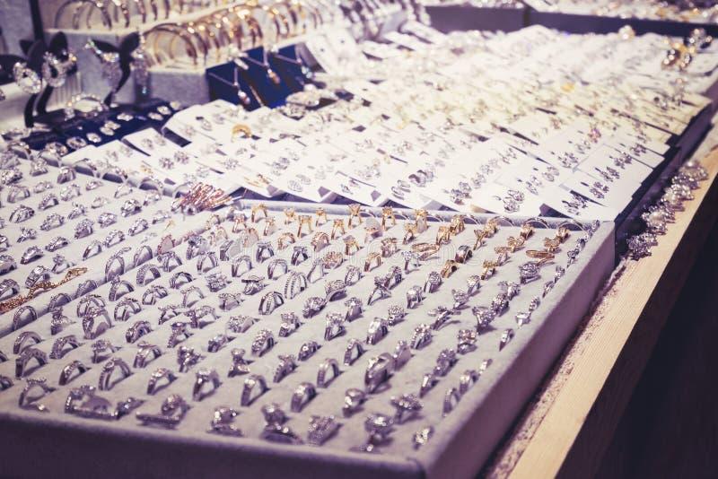 Exposição da loja de Ring Earring dos acessórios de forma da ourivesaria foto de stock royalty free