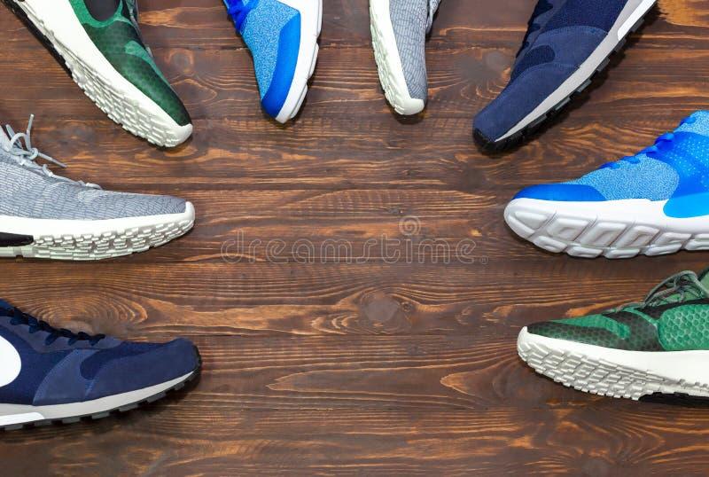 Exposição da loja da vista superior das sapatilhas à moda novas modernas sem marca r fotos de stock
