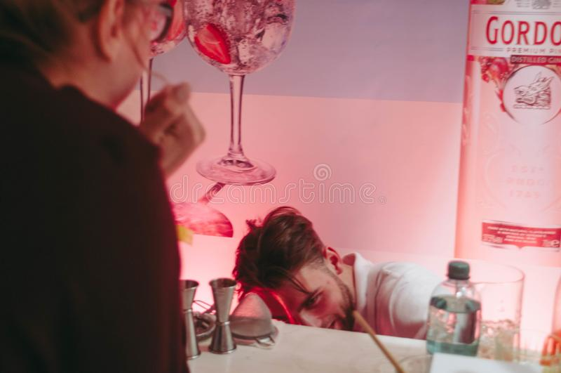 Exposição da mostra do barômetro Kiev setembro de 2018 O barman prepara a bebida do álcool fotos de stock royalty free