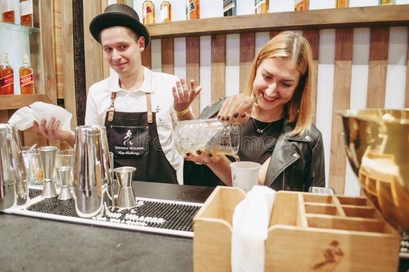 Exposição da mostra do barômetro Kiev setembro de 2018 O barman prepara a bebida do álcool foto de stock