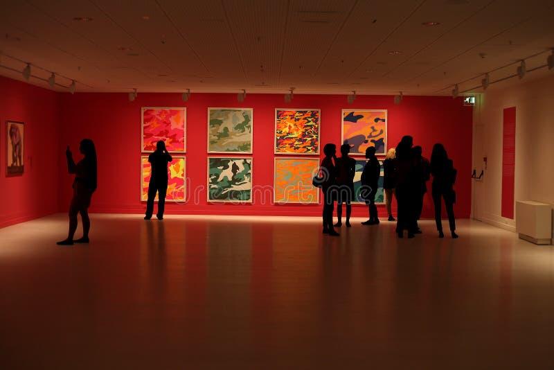Exposição da pintura no museu com povos fotografia de stock royalty free