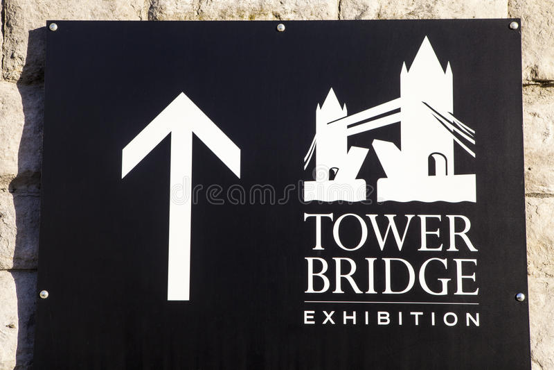 A exposição da ponte da torre assina dentro Londres fotografia de stock royalty free