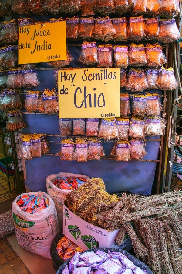 Exposição das ervas em Mercado Cuatro em Asuncion, Paraguai fotos de stock