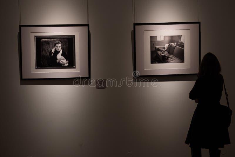 Exposição das fotografias do fotógrafo americano famoso Annie Leibovitz imagens de stock