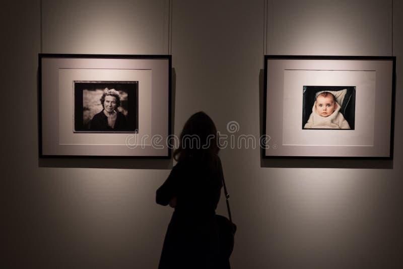 Exposição das fotografias do fotógrafo americano famoso Annie Leibovitz fotos de stock