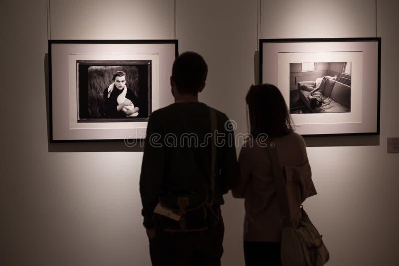 Exposição das fotografias do fotógrafo americano famoso Annie Leibovitz imagem de stock royalty free