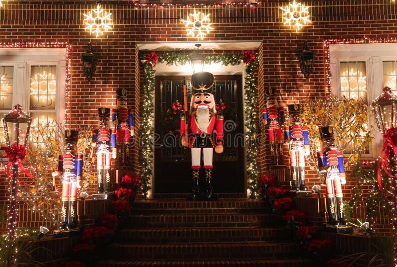 Exposição das luzes da decoração da casa do Natal na vizinhança suburbana de Brooklyn de alturas de Dyker imagens de stock