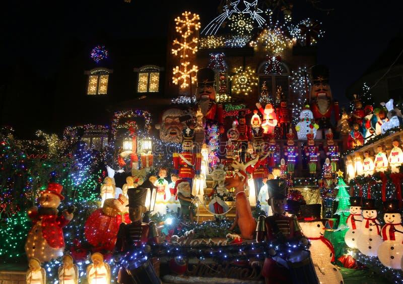 Exposição das luzes da decoração da casa do Natal na vizinhança suburbana de Brooklyn de alturas de Dyker imagens de stock royalty free