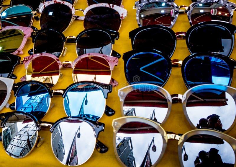 Exposição de óculos de sol coloridos da forma imagem de stock royalty free