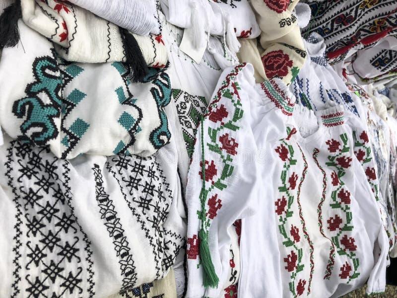 Exposição de camisas decorativas slavic tradicionais bordadas imagens de stock royalty free