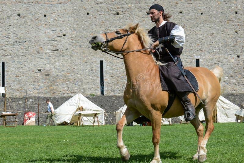 Exposição de cavaleiros medievais no castelo de Castelgrande em Bellinz fotografia de stock