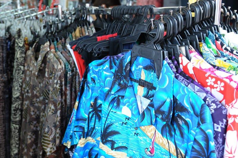 Exposição de diversas camisas colocadas um colar temáticos havaianas para a venda imagem de stock royalty free