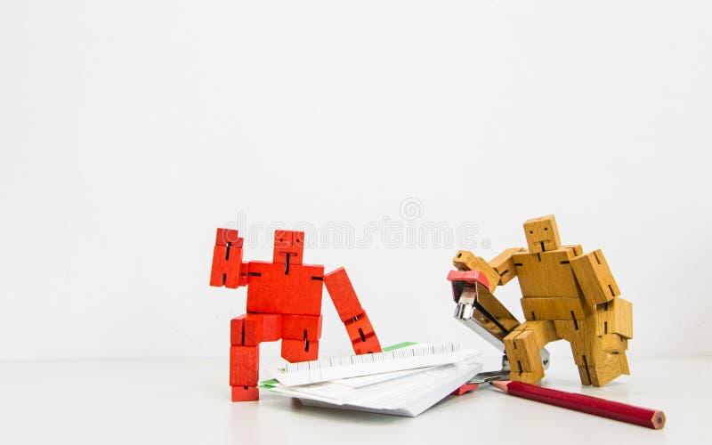 Exposição de madeira dos trabalhos de equipe dos robôs do vintage foto de stock royalty free