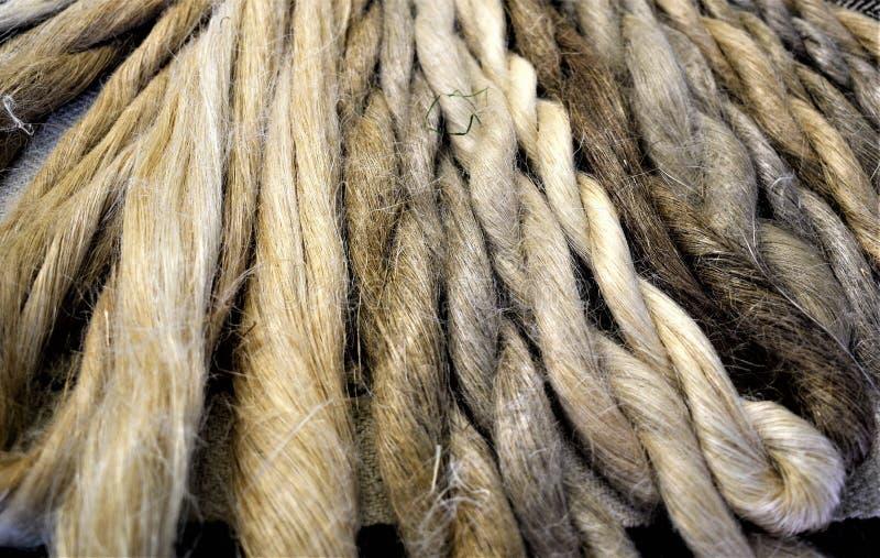 Exposição de skeins de linho mão-girados naturais imagem de stock