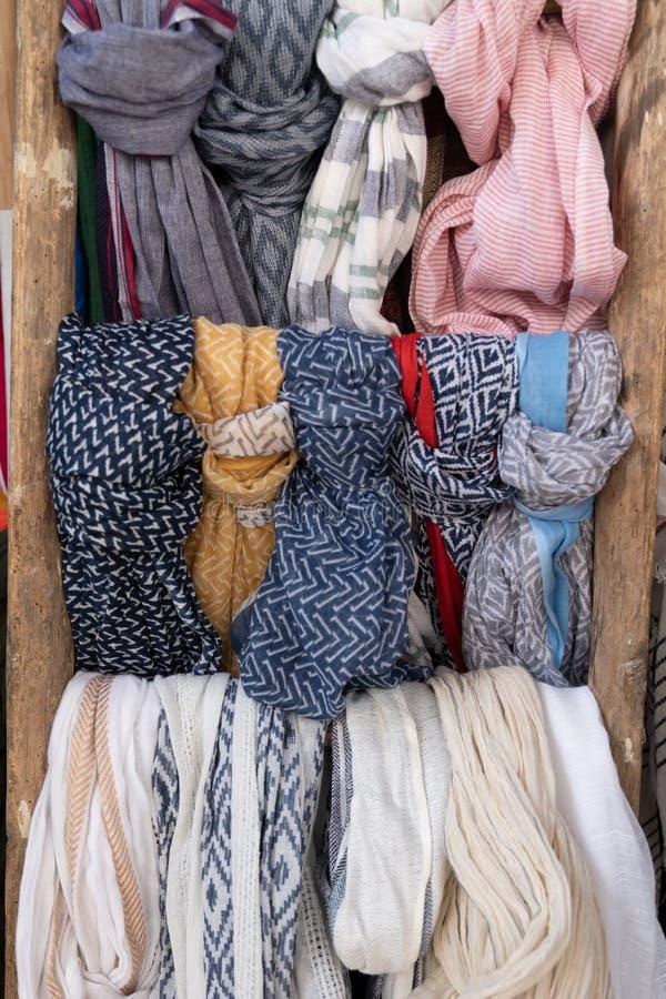 Exposição de suspensão colorida do foulard dos scarves fotos de stock