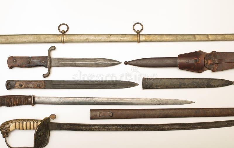 Exposição do arsenal de espadas e de punhais históricos foto de stock