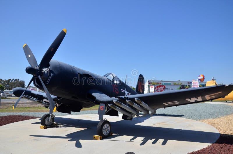 Exposição do avião de combate do corsário de F4U-5N dentro de voar o museu da aviação de Leatherneck em San Diego, Califórnia fotos de stock royalty free