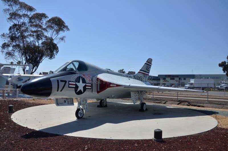 Exposição do avião de combate de F4D Skyray dentro de voar o museu da aviação de Leatherneck em San Diego, Califórnia imagem de stock royalty free